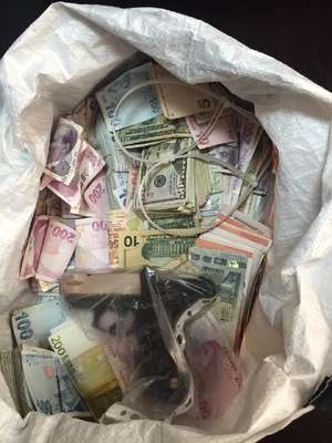 FOTOĞRAF // Şişli'deki soygunda kullanılan silah ve paralar