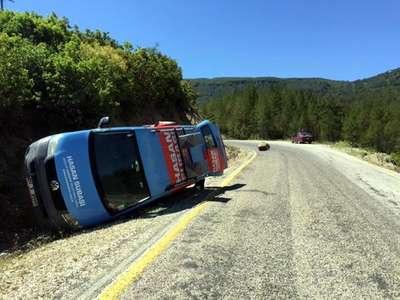 Bağımsız adayın seçim minibüsüne kaya parçası çarptı: 1 ölü, 4 yaralı