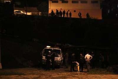 Minibüs, tekerleği  rögara girince 5 metreden parka uçtu: 4 yaralı
