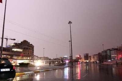 Taksim Meydanı, peş peşe çakan şimşeklerle aydınlandı//Fotoğraflar