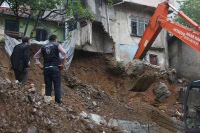 fotoğraflar//Yağmur nedeniyle istinat duvarı çöktü evlerde hasar meydana geldi