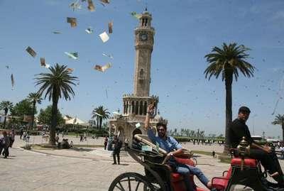 Konak Meydanı'nda sahte euro'larla sevgisili için şov yaptı