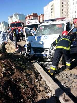 Şanlıurfa'da polis aracı otomobille çarpıştı: 4 yaralı