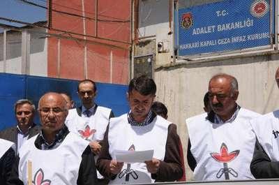 Cezaevi önünde hasta mahkumlarla ilgili basın açıklaması