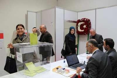 Düsseldorf'ta Türk vatandaşlarının oy kullanma işlemi başladı