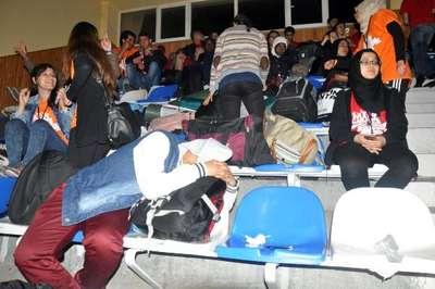Karaman'da festivale katılan gençler, kamp alanları sular altında kalınca spor salonunda sabahladı