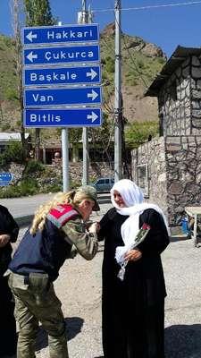 Hakkari'de kadın jandarma komutanlarından annelere çiçek
