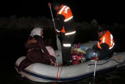 Hamile kadın jandarma tarafından botla kurtarıldı