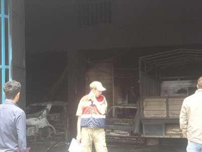 Kaportacıda çıkan yangında 4 araç yandı