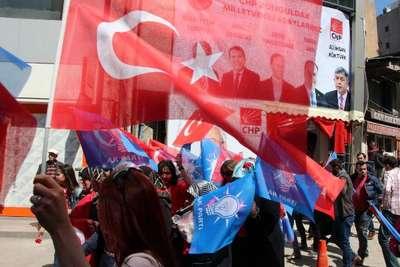 Ak Partili Milletvekili adayları CHP'lilere karanfil verdi