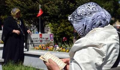 Şehitlikte buruk 'Anneler Günü' kutlaması