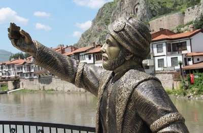 'Selfie' çeken şehzade heykelinin telefonunu kırdılar