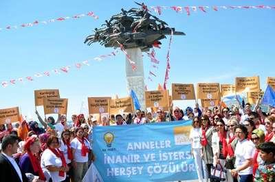 Ak Partili adaylar Kordon'da gül dağıttı