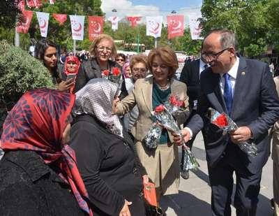 Siyasetçiler, 'Anneler Günü'nü unutmadı