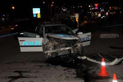 Polis otosu otomobille çarpıştı: 3 yaralı