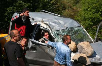 Takla atan araç uçuruma düşmesin diye kaputuna kaya parçaları kondu: 2 ölü, 3 yaralı