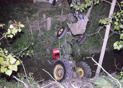 Traktör dereye devrildi, sürücü öldü