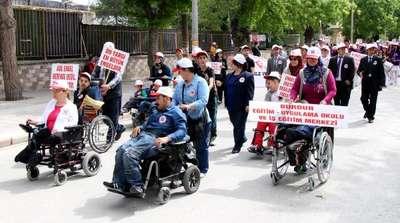 Engelliler farkındalık için yürüdü