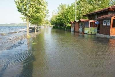 Sapanca Gölü yükseldi, sahildeki yollar ve işyerleri su altında kaldı