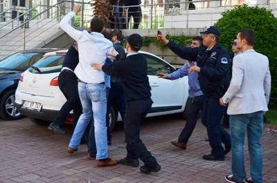 Adliye önünde tekme tokat kavgayı polis güçlükle ayırdı