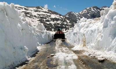 Antalya'da yayla yolunda kar mücadelesi