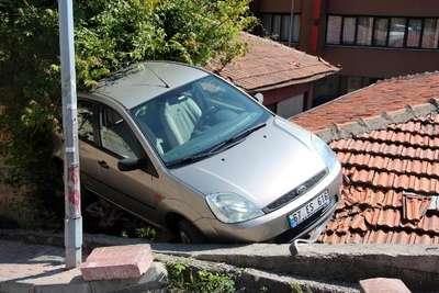 Rampada geri kaçırdığı otomobiliyle çatıya uçtu