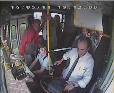 Tümseğe sert giren şoförü yolcu darp etti
