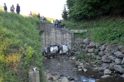 Takla atan otomobil dereye uçtu: 2 ölü, 2 yaralı