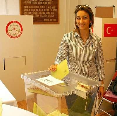 Fransa'da yaşayan Türkler oylarını kullanmaya devam ediyor