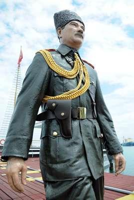 Atatürk ve arkadaşlarının balmumu heykelleri bakımdan geçti