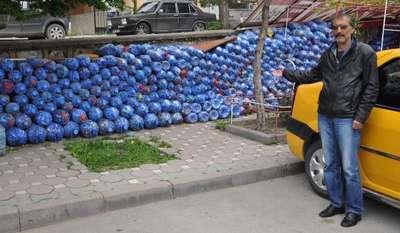 Taksi durağı çalışanları 5 ton mavi kapak topladı