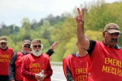 Ankara'ya yürüyen emekliler, Bolu Dağı'nı geçişte zorlandı