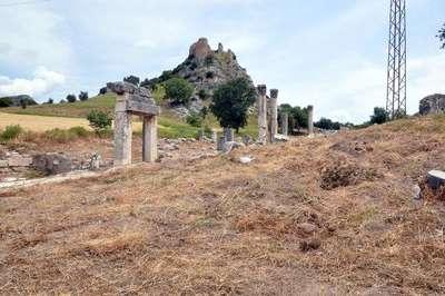 Kastabala Antik Kenti'nde kaçak kazı yapıp tarihi eserleri tahrip ettiler