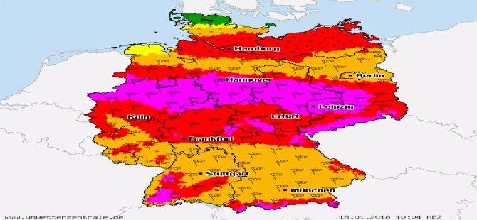 Almanya'da kasırga: Evden çıkmayın