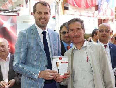 Saffet Sancaklı broşür dağıtıp, seçmenlerle fotoğraf çektirdi