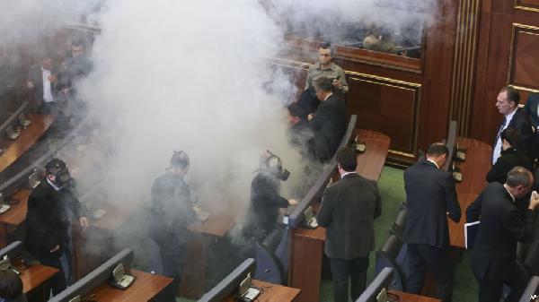 Muhalefet Meclis'e gaz bombası attı