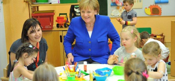 Kreşte, Merkel'e 65'inci yaş sürprizi
