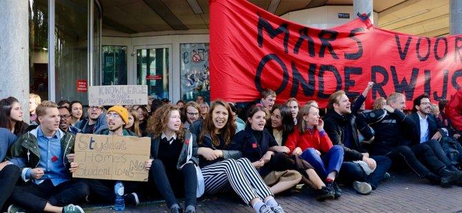 Öğrencileri üniversiteden polis çıkardı
