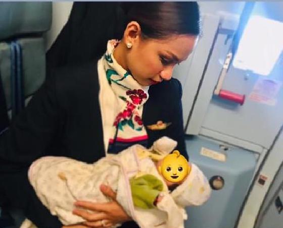 Hostes uçuşta yolcunun bebeğini emzirdi