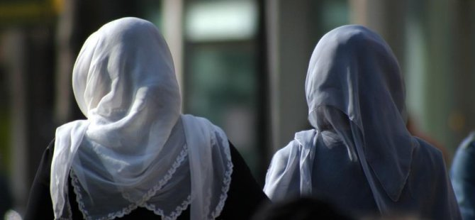 Başörtülü annelerin okul gezilerine katılması yasaklandı