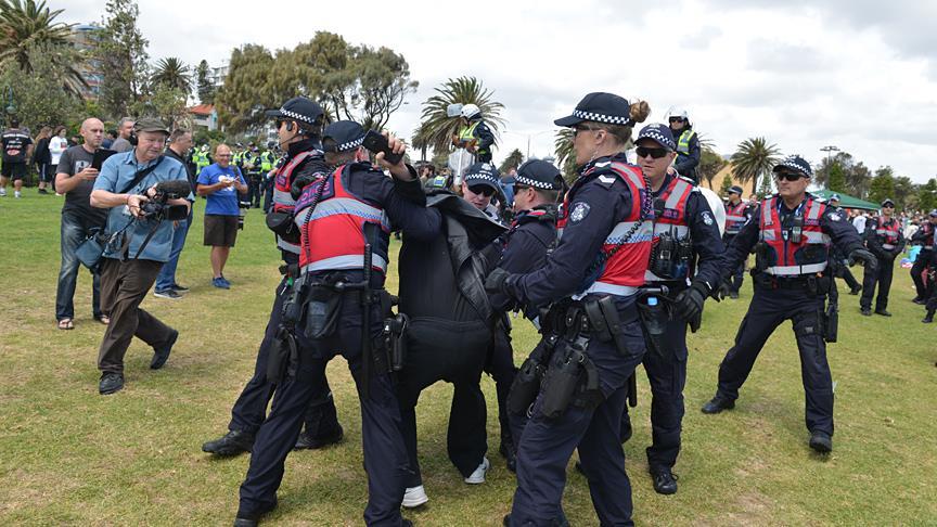 Göçmen karşıtları ve destekçileri birbirine girdi