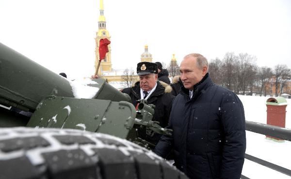 Öğrenciler istedi, Putin topa tuttu