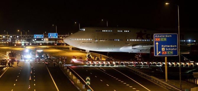 Hollanda otobanında bir uçak