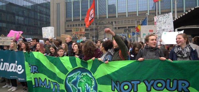 Belçika'da binlerce öğrenci sokağa döküldü