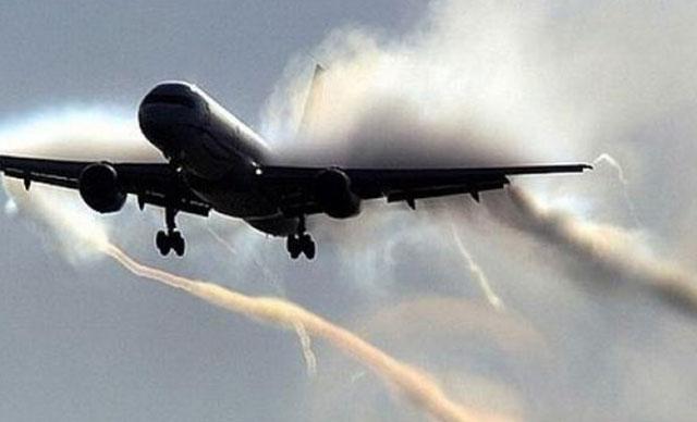 Kuş sürüsüne çarpan uçak geri döndü