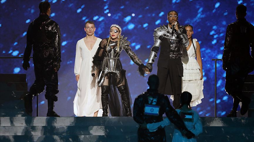 Madonna, Eurovision'a Filistin bayrağıyla damga vurdu