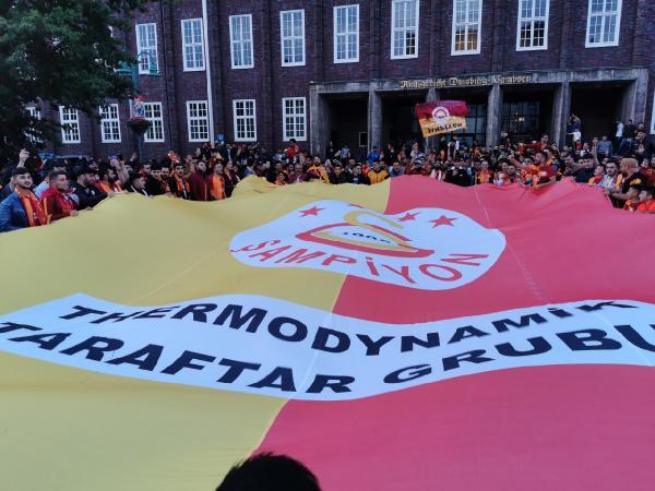 Galatasaraylı gurbetçiler sokağa döküldü