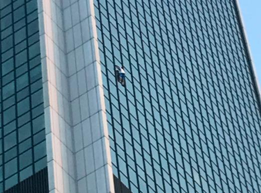 Örümcek Adam 40 katlı binaya tırmandı