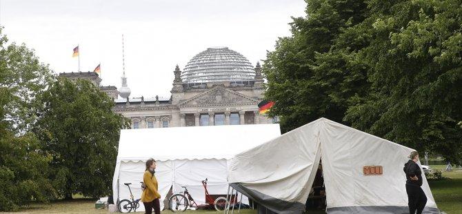 Alman çevreciler Başbakanlık önüne kamp kurdu