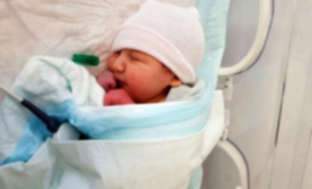 Başkasının bebeğini doğurdu